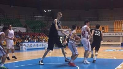 Quando um jogador de basquete é mais alto do que o resto