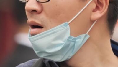 Puxar a máscara para o queixo eleva muito o risco de contágio