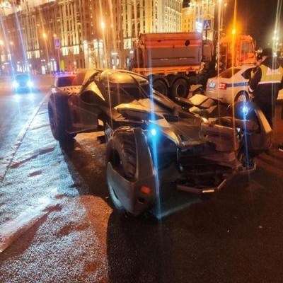 Batmóvel é rebocado pela policia na Rússia