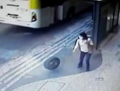 Mulher é atingida na cabeça por pneu em calçada de Copacabana