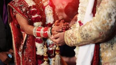 Noivo foge no dia do casamento, e indiana se casa com amigo dele