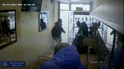 Ladrões tentam roubar joalheria, esquecem de um pequeno detalhe