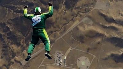 Homem pula de 7.620 metros de altura sem paraquedas