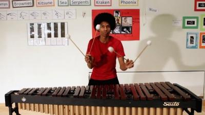 Homem toca tema de Mario Bros em uma marimba