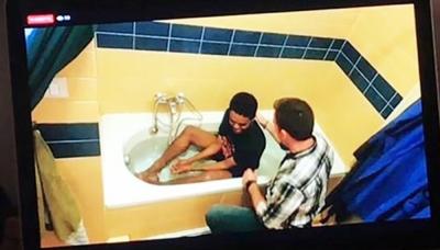 Pastor decide batizar jovem em casa devido a restrições pelo coronavírus