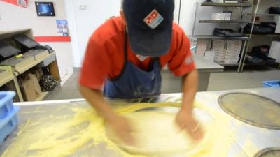 Trabalhador prepara 3 pizzas em 39 segundos