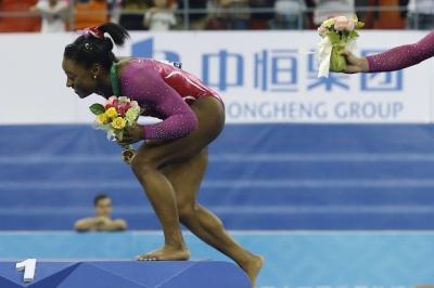 Atleta é atacada por abelha ao receber medalha