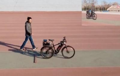 Bicicleta com inteligência artificial pode ser pilotada sem usar as mãos