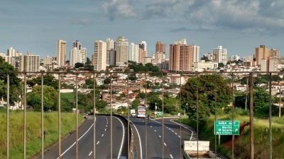 Evangélicos oram em avenida de Marília e pedem volta do comércio