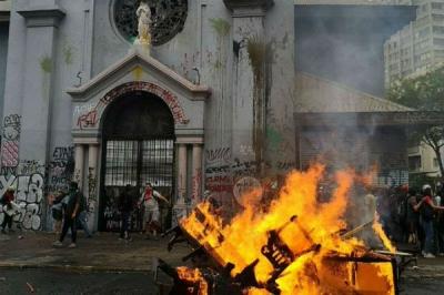 Igrejas são atacadas por feministas em protestos no México, Colômbia e Chile