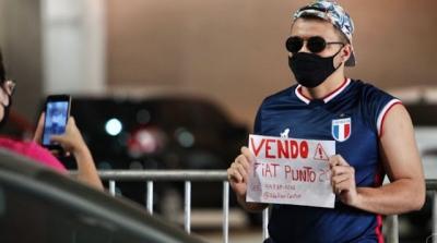 Homem aproveita foto de vacinação em Fortaleza para anunciar venda de carro