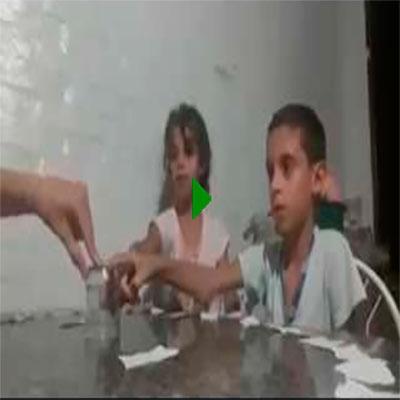 Fazendo a brincadeira do copo com os filhos