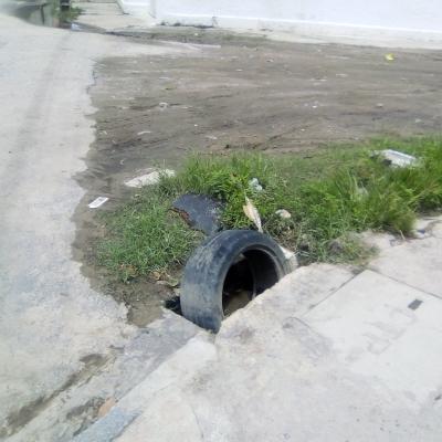 Rede obstruída por um pneu