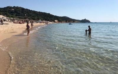 Turistas são multados por levarem areia da praia na Itália