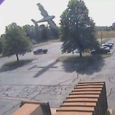 Momento exato em que avião bate em uma árvore