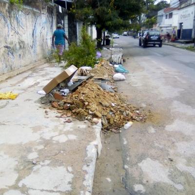 Povo sem educação e haja lixo