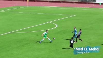 Gandula invade campo para defender seu time
