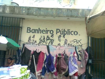 Sanitário público imundo