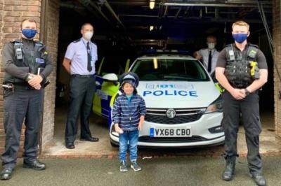 Menino salva vida da mãe após ligar para número em ambulância de brinquedo