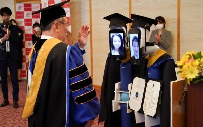 Robôs substituem estudantes japoneses em cerimônia de formatura