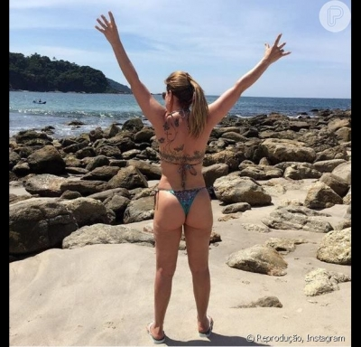 Zilu mostra boa forma de biquíni na praia