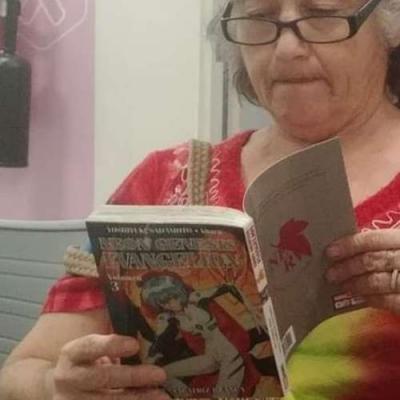 Vovó lendo mangá