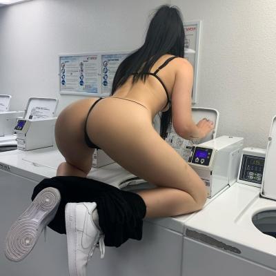 Cheguei em casa e a empregada estava assim colocando as roupas na máquina