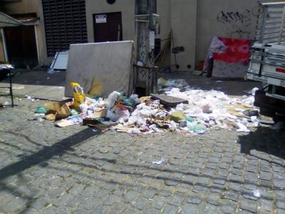 Muito lixo na feira livre