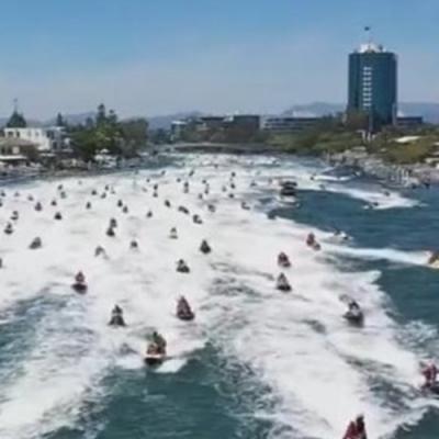 Mais de 150 pessoas vestidas de Papai Noel andando de jet skis por recorde