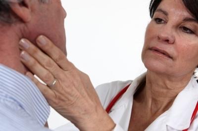 O que pode ser o pescoço inchado e quando ir ao médico
