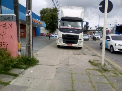Caminhão em cima da calçada