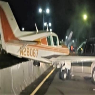 Pequeno avião faz pouso forçado em rodovia nos EUA