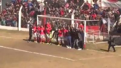 Eles formaram uma parede com todos os jogadores para evitar o gol