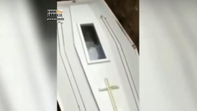 Cadáver dá tchau para família antes de ser enterrado