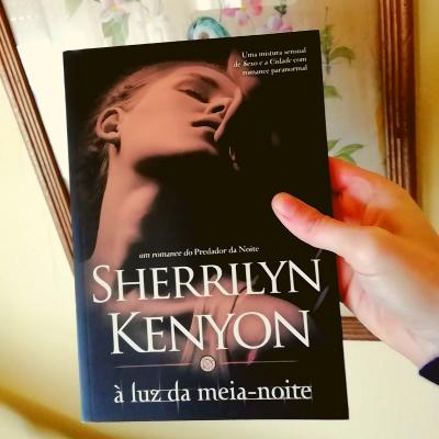 Crítica do livro À Luz da Meia-Noite de Sherrilyn Kenyon