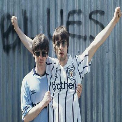 Músicos usando camisas de times de futebol