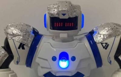 Robô confere se visitantes usam máscaras