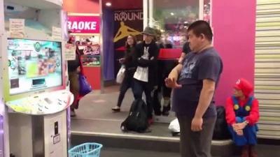 Homem arrasa em jogo de dança com direito a platéia