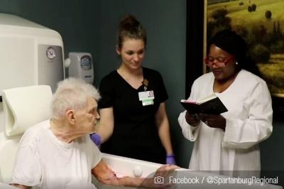 Batismo de idoso em estado terminal emociona e viraliza