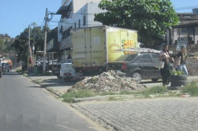 Lixo e entulhos em canteiro de rodovia