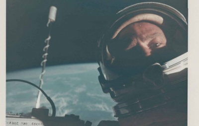 Primeira selfie no espaço entra em leilão com lances a partir de US$ 4 mil