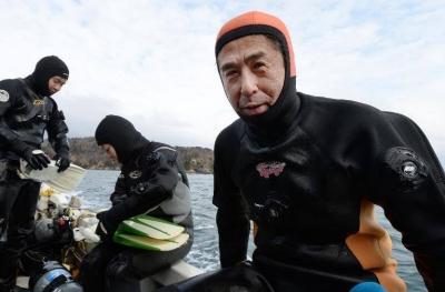 Marido em luto continua em busca de sua esposa a 10 anos após o tsunami de Fukus