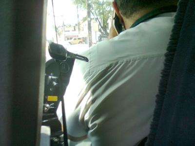 Motorista de ônibus no celular