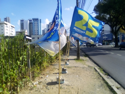 Bandeiras de candidato atrapalhando a passagem