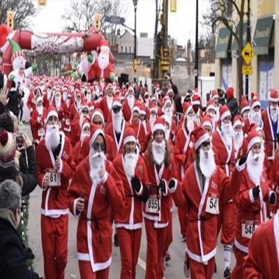 A divertida corrida com participantes vestidos de Papai Noel