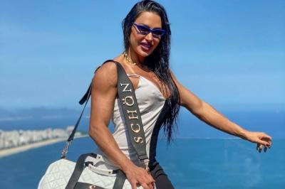 Gracyanne Barbosa vira o ano levantando peso e agachando
