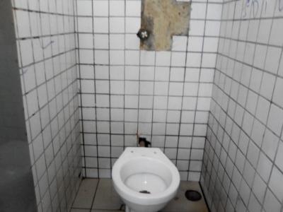 Sanitário imundo em terminal de ônibus