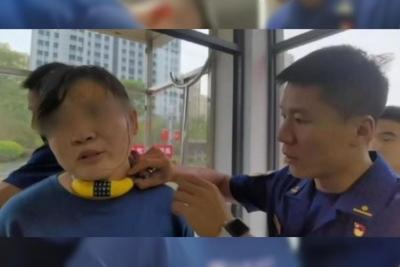 Criança coloca cadeado de bicicleta no pescoço da mãe e esquece a senha