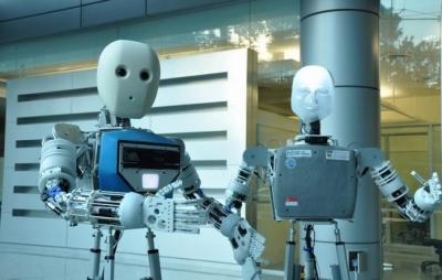 Casal cria robô que imita expressões e gestos de humanos à distância