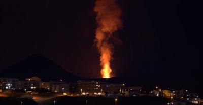 Morador grava vulcão em erupção próximo de sua casa